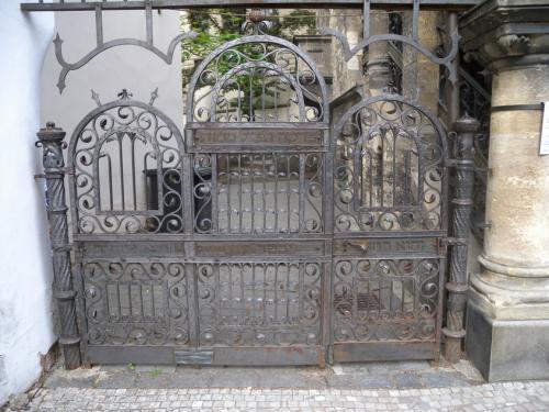 Brána na židovský hřbitov (Staré město)