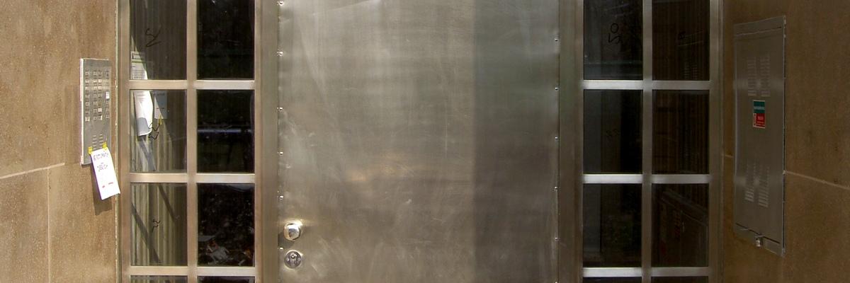 Dveře z bílé mosazi po restaurování